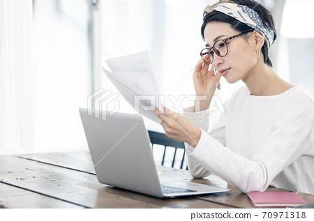 女人在家工作 70971318