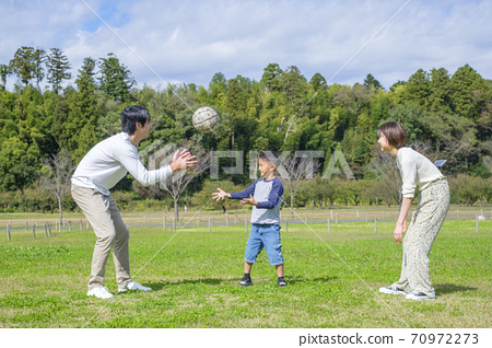 공원에서 공놀이를하는 가족 70972273