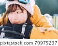 스키장에서 뒹굴 거리는 젊은 여성 70975237