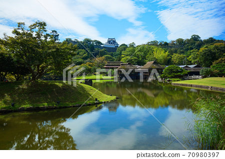 Scenery that shines in Hikone Castle and Genkyuen Pond 70980397
