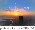 横滨的黎明・染成蓝天和橙色的美丽的天空和云彩 70989759