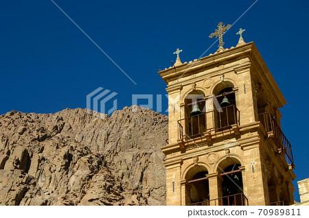 埃及聖卡塔利娜修道院的鐘樓和西奈山的岩壁 70989811
