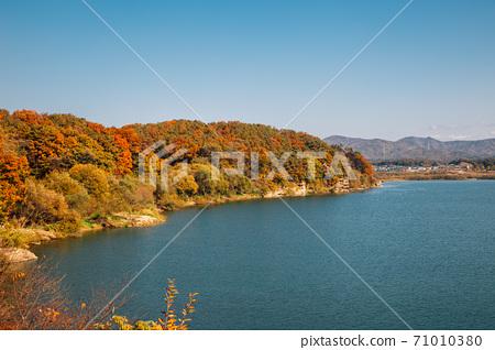 Autumn of Namhan River and mountains in Yeoju, Korea 71010380