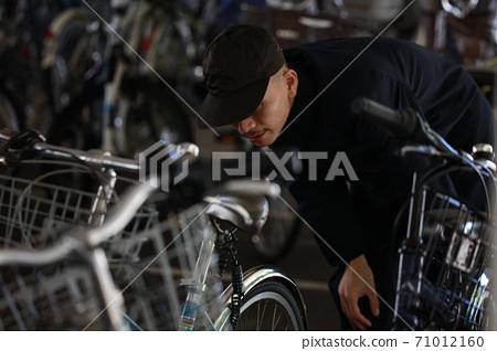 一個男人在找一輛自行車 71012160