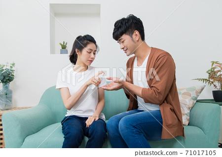 一個坐著的客人的液體消毒器。防疫聲明。家居風格。 71017105