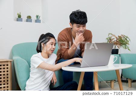 坐著的客人可以使用電刷,享受類似於網絡的樂趣。護理,庭外購買,淨額購買。 71017129
