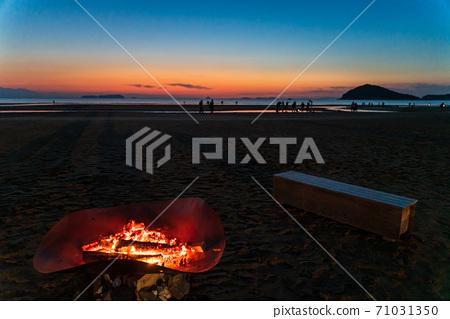 在父母的海灘營火 71031350