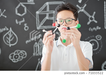 Student with molecule model 71033522
