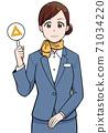 女人抱著一個三角形的標記 71034220