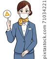 拿著三角標籤的面具的女人 71034221