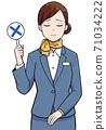 一個女人抱著一個十字標記 71034222