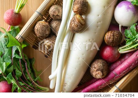 用漏勺盛放各種冬季蔬菜 71034704