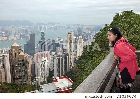 A woman looks at the prospect of Hong Kong 71036674