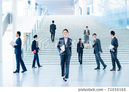 一名商人,在辦公室的大廳裡散步 71038168