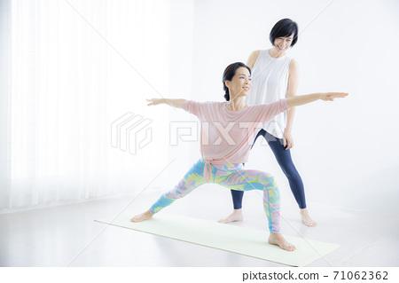 五十多歲的瑜伽班女性 71062362