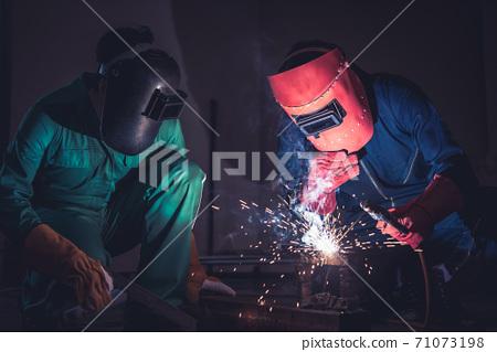 Metal welding steel works using electric arc welding machine 71073198