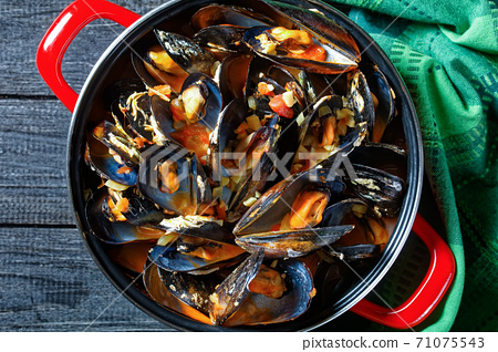 steamed mussels with white wine  garlic sauce 71075543