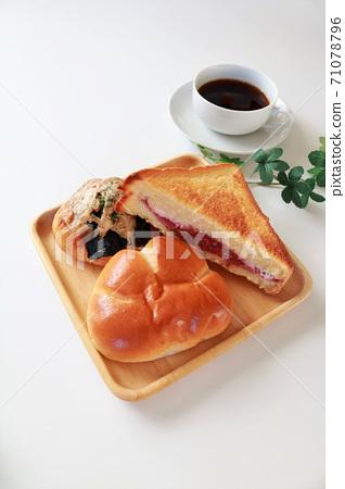 麵包和咖啡白色背景 71078796