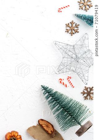 聖誕節 背景 頂視圖 假日 裝飾 禮物 桌子 頭頂上的 白色 冬天 節日的 聖誕快樂 聖誕卡 新年 71079419