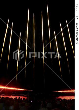 [煙火圖片]煙火表演開幕式或大結局的上升 71086635