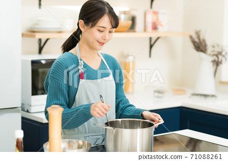 烹調在廚房裡的一位小姐 71088261