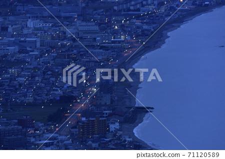 가을의 홋카이도 하코다테 하코다테 산에서 새벽 오모리 바닷가의 풍경을 촬영 71120589