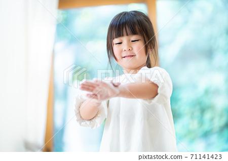 Girls washing hands 71141423