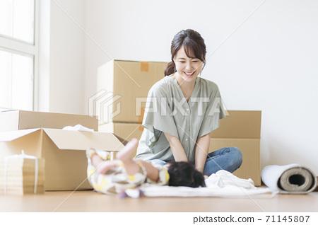 母子移動影像_ 6個月大 71145807