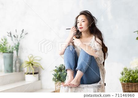 화장을하는 여성 71146960