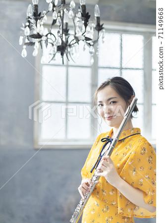 長笛演奏的年輕女子 71149668