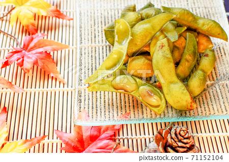 秋天的丹波食用豆和秋天的落葉 71152104
