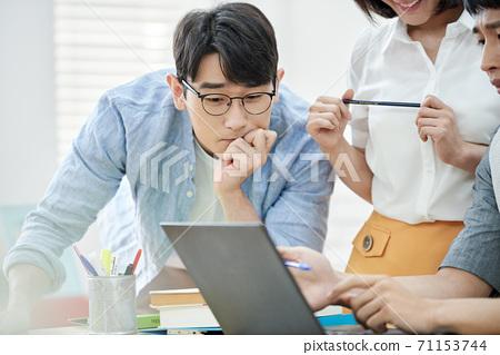 비즈니스 남성 노트북 71153744