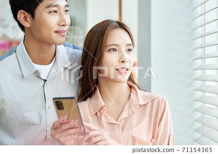 라이프스타일 남성 여성 스마트폰 71154365