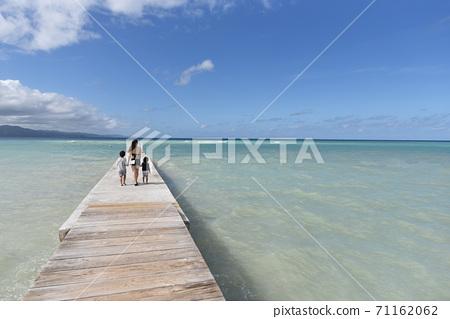 家人在加勒比碼頭上行走 71162062