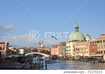 威尼斯在夕陽下停泊了纜車和聖喬治·馬焦雷教堂 71174313