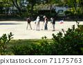 老年人在公園裡享受門球 71175763