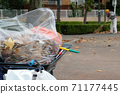 一名男子在公園裡清洗落葉 71177445