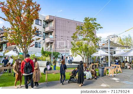 【도쿄】 시모키타자와 즐거운 분위기가 확산 시모 선로 거리의 공터 71179324