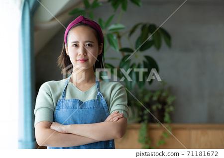 家庭主婦在家裡努力工作 71181672