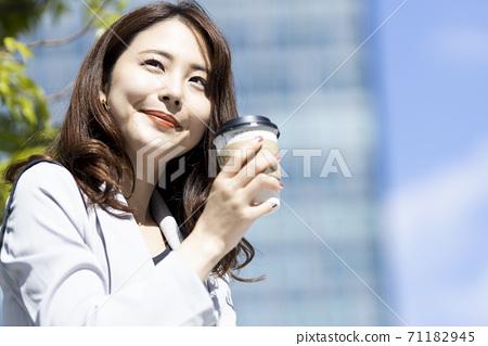 테이크 아웃 커피를 가진 여자 71182945