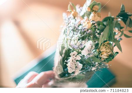 房間裡的黃玫瑰和桉樹乾花束 71184823