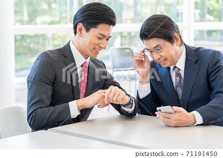 看智能手錶的年輕人和看智能手機的老人 71191450