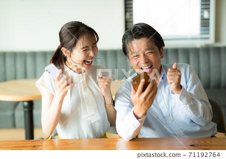 兩個人很高興看到智能手機 71192764