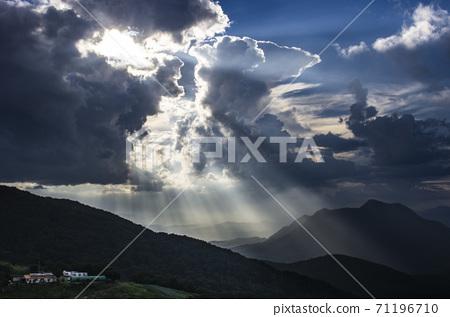 구름 속에서 내리는 빛의 향연 71196710