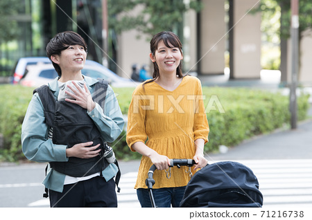 年輕的日本夫婦推嬰兒車,撫養孩子,家庭形象 71216738