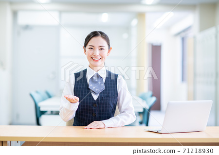 Business woman at reception 71218930