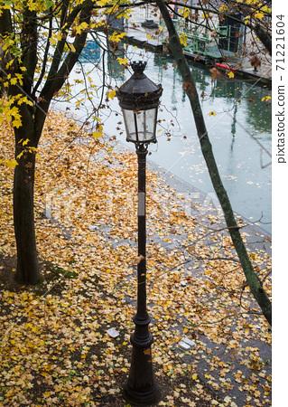 voiew of vintage street light in Paris 71221604