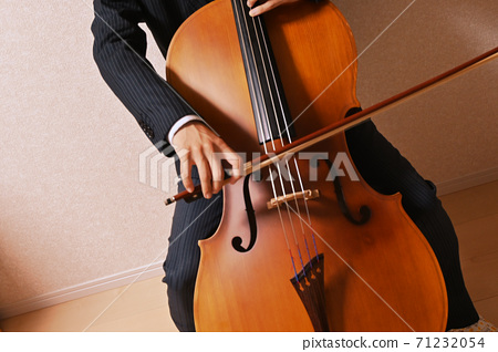 Cello playing 71232054