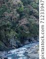 湍急的溪流 71233947