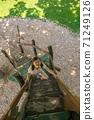 爬一個木製樓梯的女孩 71249126